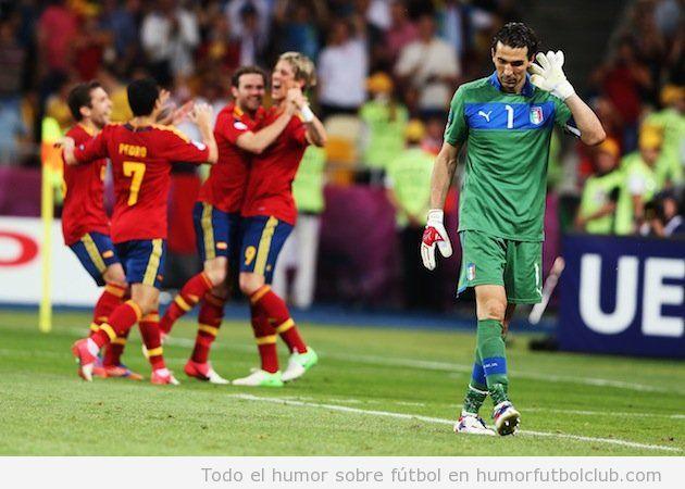 Buffon se toca la oreja con la mano abierta tras un gol en la final Eurocopa 2012