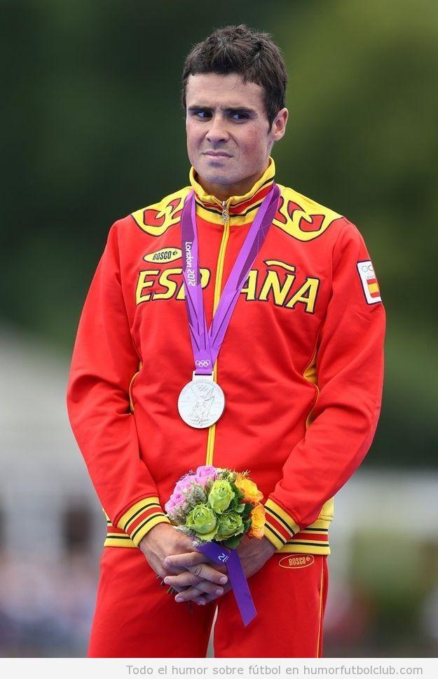 Atleta español con cara de pena al ganar la medalla de plata