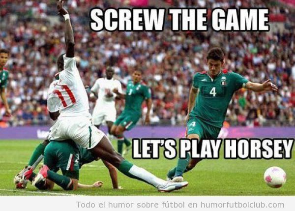 Foto divertida de dos futbolistas a caballito mientras juegan a fútbol