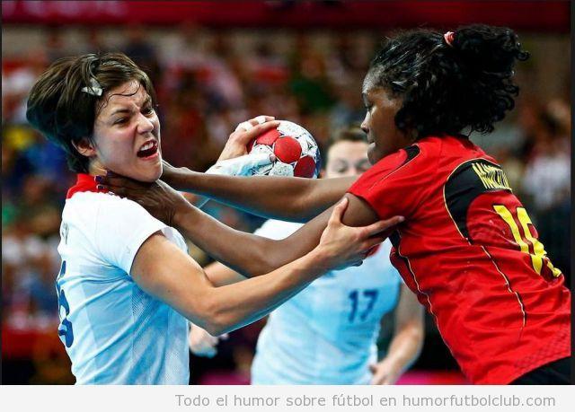 Foto WTf de una juagdora de balonmano cogiendo del cuello a una rival en los Juegos Olímpicos 2012