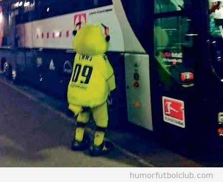 La mascota del Borussia Dormund haciendo pipi en el autobús del Bayern de Munich