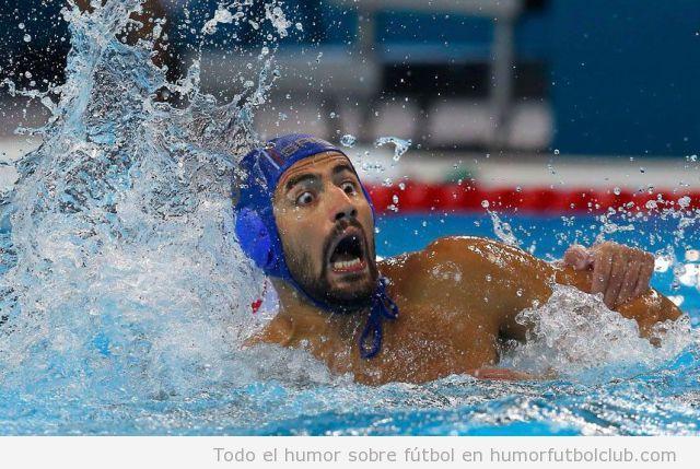 Foto graciosa de Waterpolo en Juegos Olímpicos 2012, nadador con cara de susto