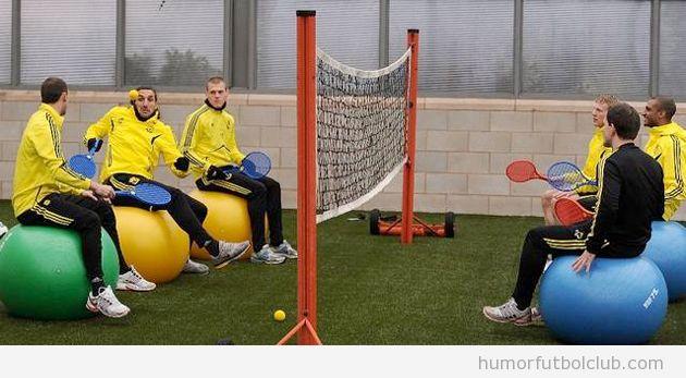 Foto divertida en la que los futbolistas del Liverpool juegan a futboley con balones de pilates y raquetas