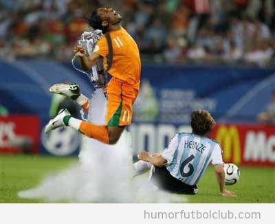 Foto divertida de fútbol de un jugador simulando una falta