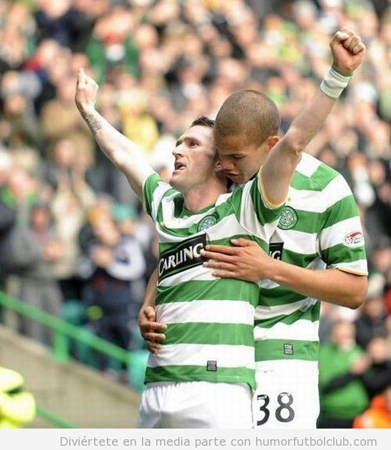 Dos jugadores del Celtic, uno de ellos con una erección, se abrazan en la celebración de un gol