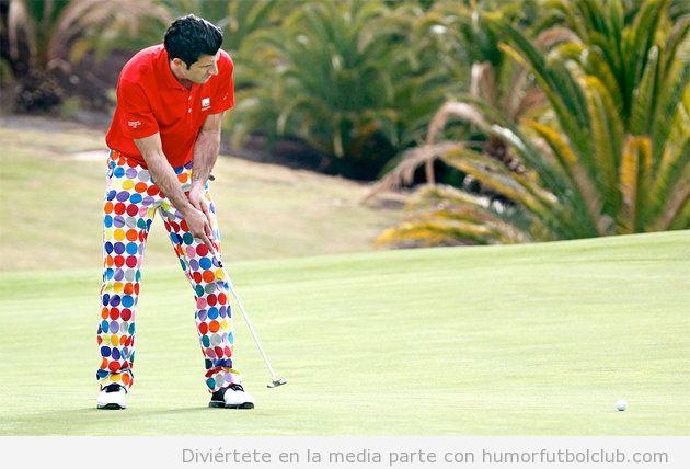 Foto graciosa de Luis Figo con unos pantalones de lunares jugando a golf