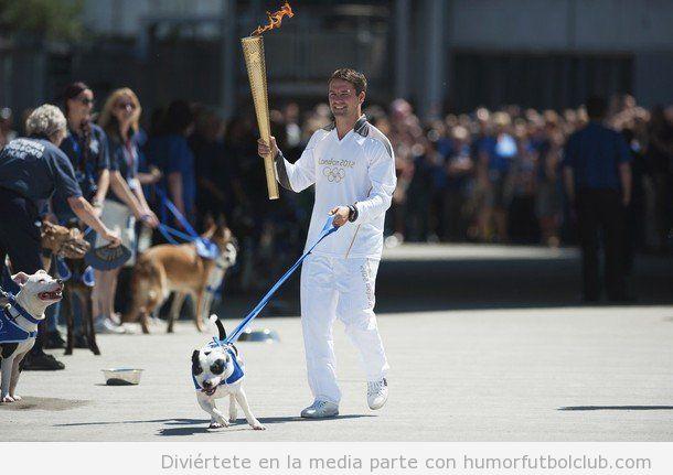 El futbolista Michael Owen paseando a su perro con la antorcha olímpica Juegos Olímpicos 2012 Londres