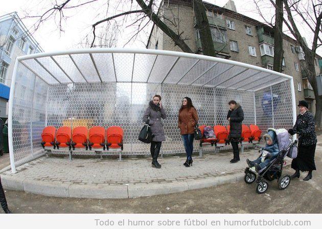 Parada de tramvía en Ucrania convertida en banquillo fútbol