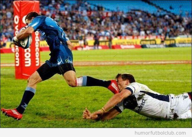 Patada en la cara de un jugador de rugby a otro