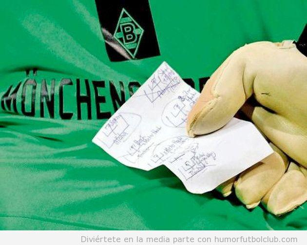 Portero del Monchengladbach con una chuleta para parar penalties