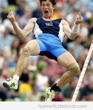 Foto graciosa de un saltador de pértiga haciendo el fuck off, espiritu olímpico