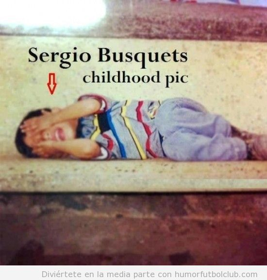 Sergio Busquets de pequeño simulando agresión