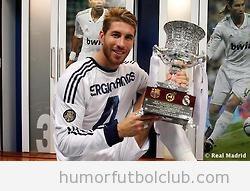 Sergio Ramos con su camiseta del revés de la Suepercopa 2012