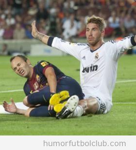 Sergio Ramos señala que no le ha hecho nada a Iniesta, que está en el suelo, en Barça Real Madrid de la Supercopa