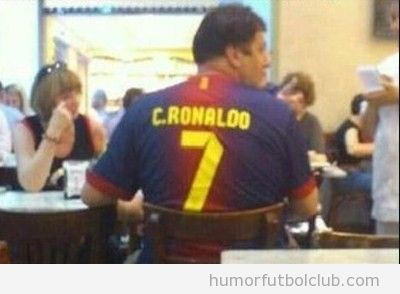 Foto graciosa y curiosa de un hombre con la camiseta del Barça y un dorsal de Cristiano ROnaldo