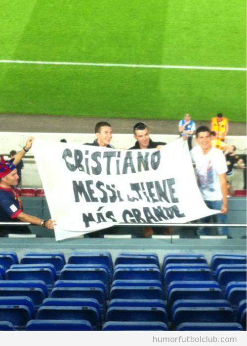 Pancarta aficionados Barça que dice Cristiano, Messi la tiene más grande