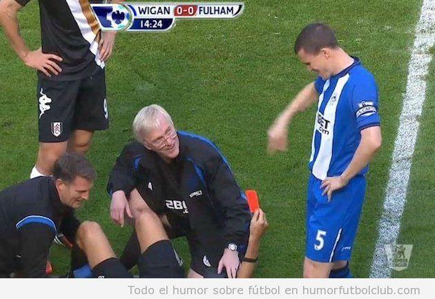 Un árbitro resulta lesionado en el partidoUn árbitro resulta lesionado en el partido Wigan Fulham y saca tarjeta roja desde el suelo y saca tarjeta roja desde el suelo