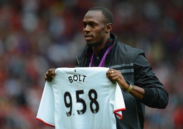 Usain Bolt con una camiseta del Manchester United donde jugará un partido benéfico