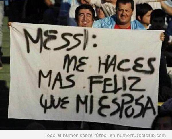 Aficionado argentino con una pancarta que dice Messi me haces mas feliz que mi esposa