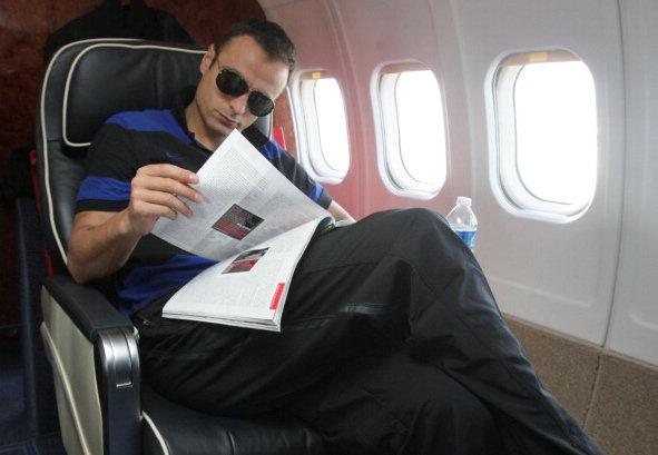 Foto graciosa del futbolista Berbatov de la Fiorentina en un avión con gafas de sol