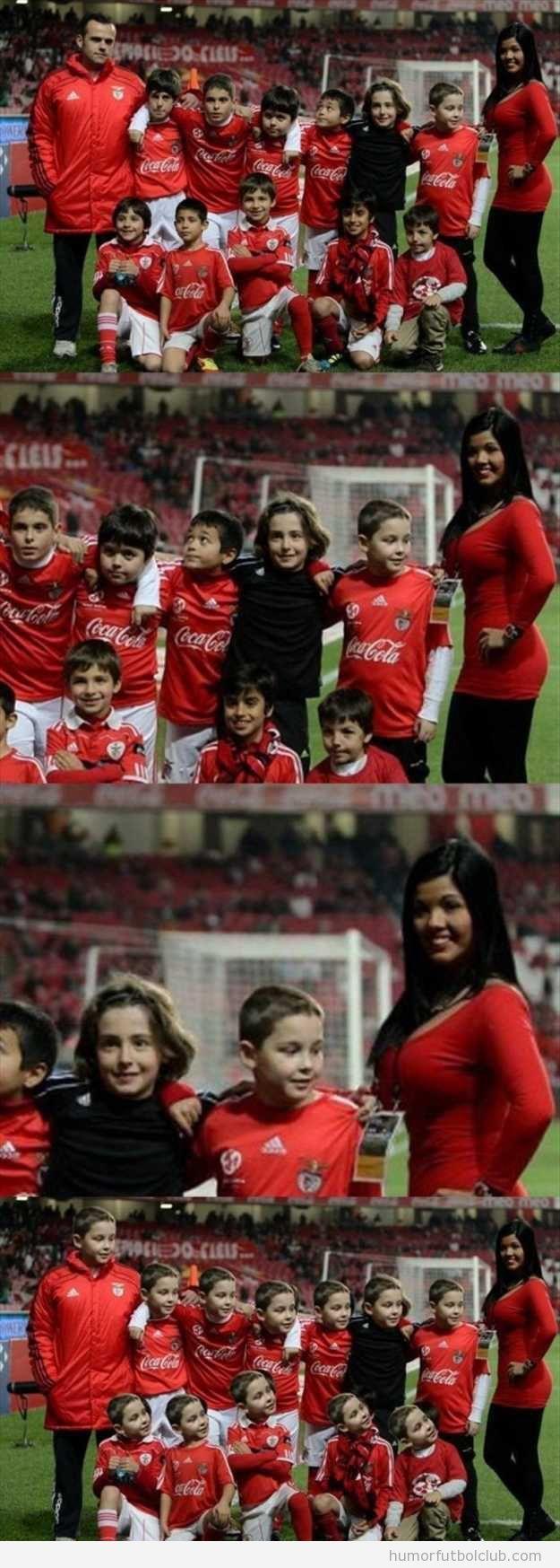 Foto divertida de un grupo de niños de equipo de fútbol, uno mira los pechos de la entrenadora