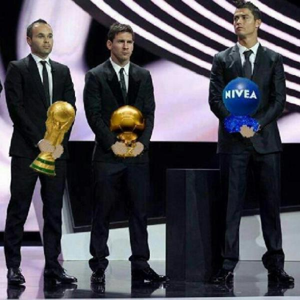 Foto divertida photoshopeada de Iniesta con copa mundo, Messi con balón de oro y Cristiano Ronaldo con balón Nivea