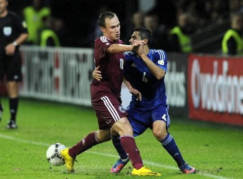 Foto graciosa de dos futbolistas que parecen bailar un tango