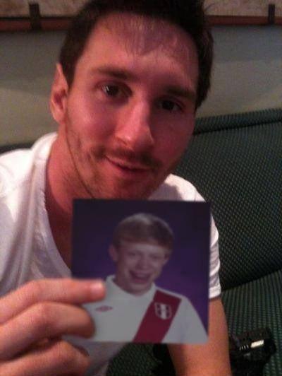 Leo Messi con una foto del meme del niño loser con camiseta de Perú