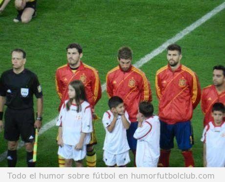Foto divertida de Serio Ramos mirando a los niños antes del partido Georgia España