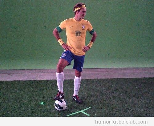 Foto WTF del tenista Roger Federer con equipación selección brasileña fútbol