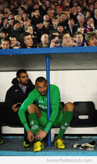 Heurelho Gomez,s, portero del Tottenham, no cabe en el banquillo de Carlisle