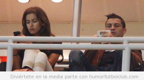 Irina y Cristiano Ronaldo aburridos y con el móvil en el partido Real Madrid 8 Millonarios 0
