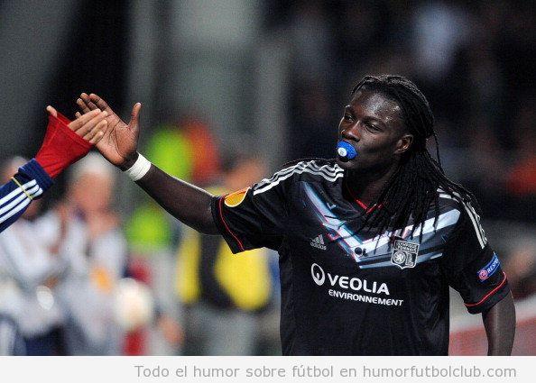 Bafetimbi Gomis, jugador del Lyon, celebra su gol con un chupete