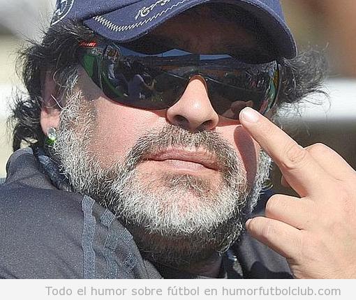 Maradiona hace un corte de mangas a los fotógrafos en la Copa Davis