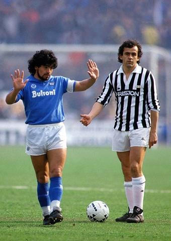Foto mítica de la historia del fútbol con Maradona y Platini