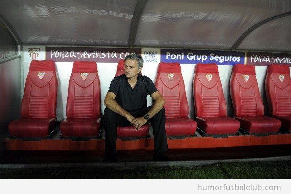 Foto de Mourinho sentado solo en el banquillo