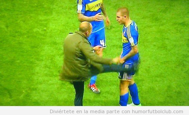 El entrenador Paolo Di Canio dando una patada a James Collins