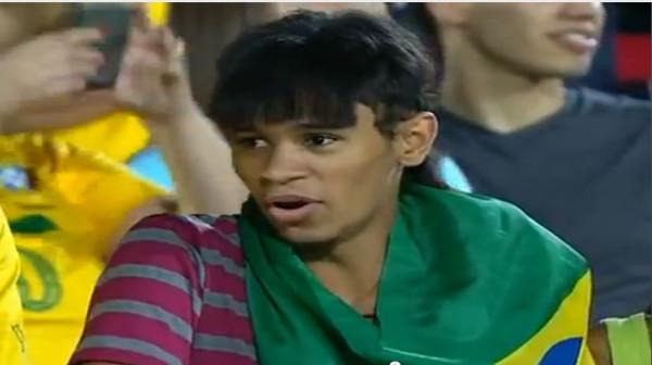 Aficionado en el Brasil China con un parecido razonable a Neymar