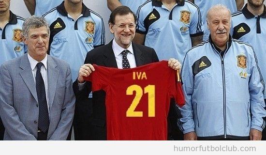 Rajoy con la nueva camiseta de la selección española, IVA 21