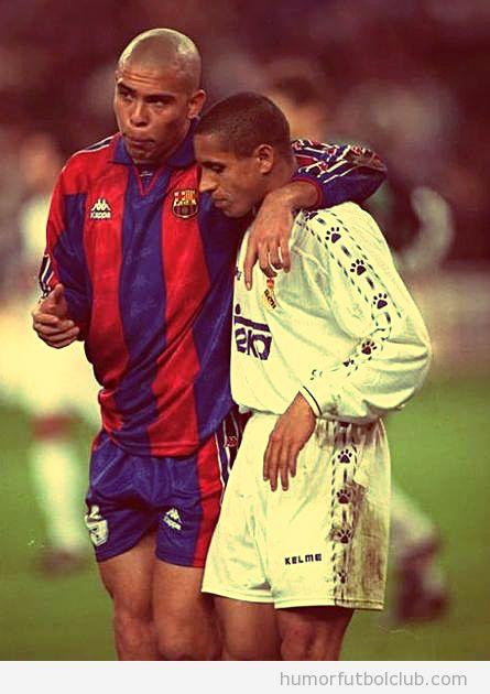 Foto de Ronaldo con la camiseta del Barça abrazando a Roberto Carlos, con la del Real Madrid