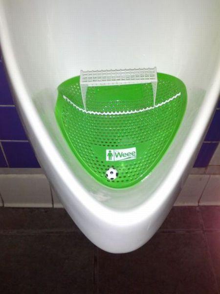 Urinario masculino con un campo de fútbol encajado