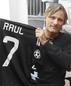 Viggo Mortensen con la camiseta de Raul 7