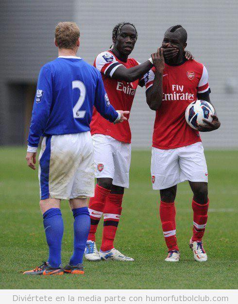 Bacary Sagna pone la mano en la boca¡a Emmanuel Frimpong en Everton Arsenal