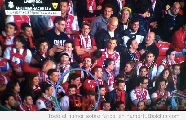 Foto graciosa de un fan de Braga con al camiseta de Man City en las gradas del Manchester United
