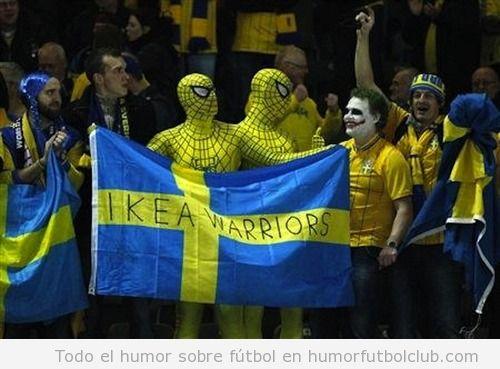 Foto graciosa de aficionados de Suecia vestidos de spiderman con bandera Ikea Warriors