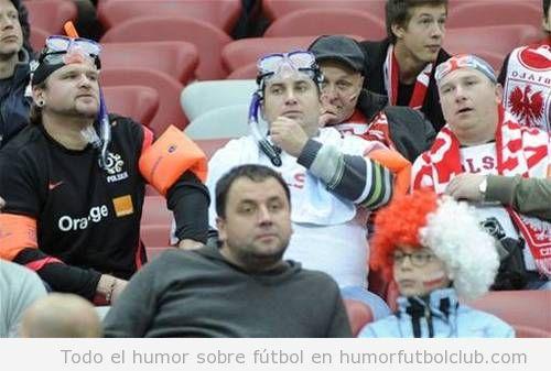 Aficionados con manguitos, flotadores y gafas de buceo en el partido Polonia Inglaterra