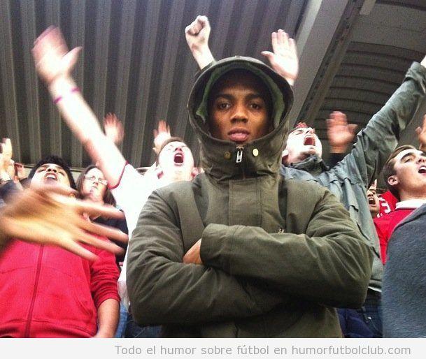 El futbolista Ashley Young se infiltra en la grada con los aficionados del Manchester United