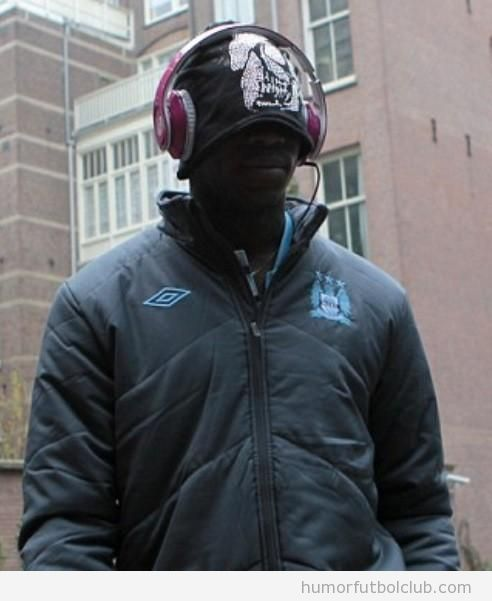 Mario Balotelli va de incógnito en Amsterdam con capucha y auriculares grandes