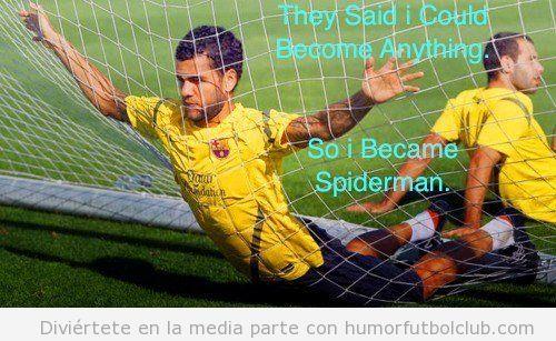 Imagen graciosa de Dani Alves en la portería, parece Spiderman
