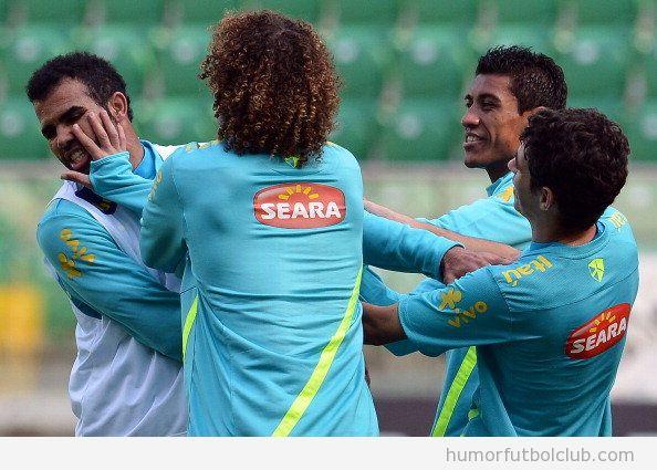 David Luiz le da una bofetada en broma a Sandro en el entreno con Brasil